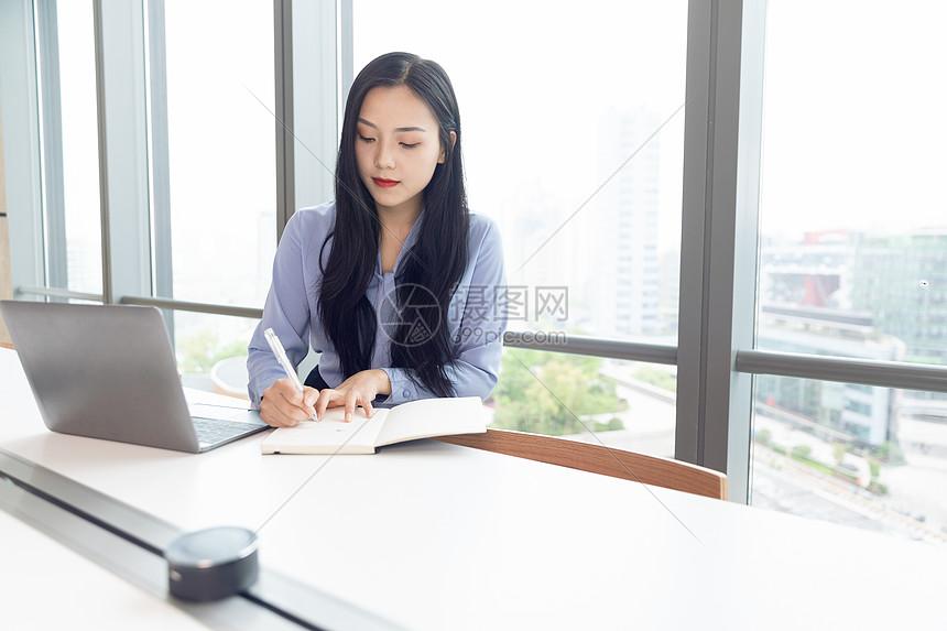 商务女性办公图片