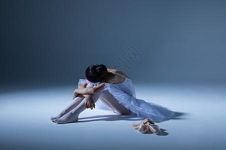 小女孩厌倦练舞图片