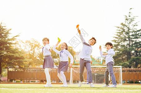 小学生一起扔纸飞机图片