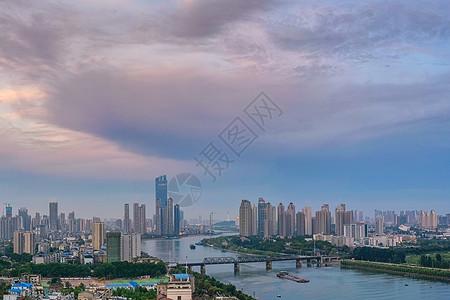 大雨将至前的城市建筑群风光图片