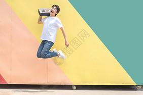 活力青年跳跃图片