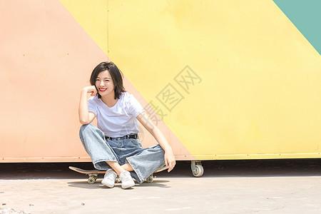 活力女性坐滑板图片