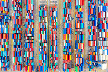 俯瞰港口整齐有序的集装箱图片