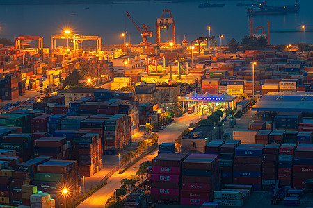 港口码头的集装箱夜景图片
