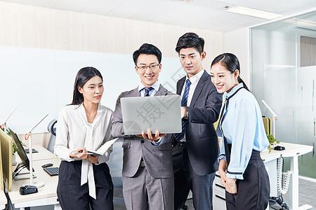 商务团队在办公室讨论工作图片