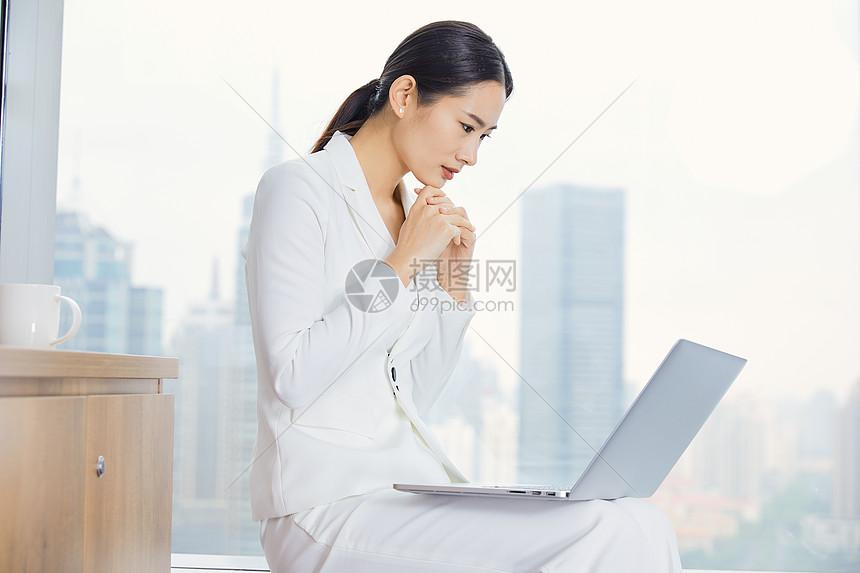 商务女性办公烦恼图片
