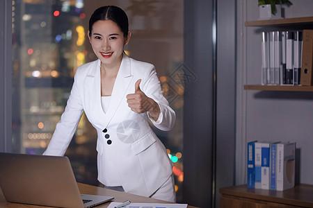 商务女士办公室加班图片