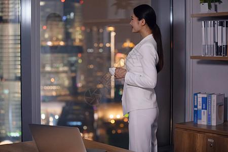 职场女性办公室加班图片
