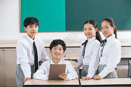小学生在教室课间活动图片
