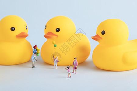 小黄鸭创意微距小人图片