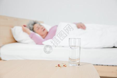 老人睡觉药片图片