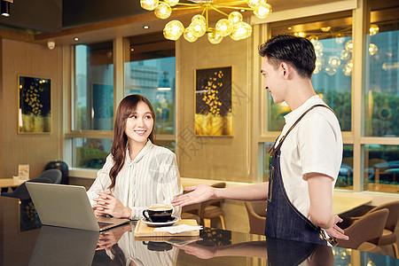 职场白领在咖啡厅点单图片