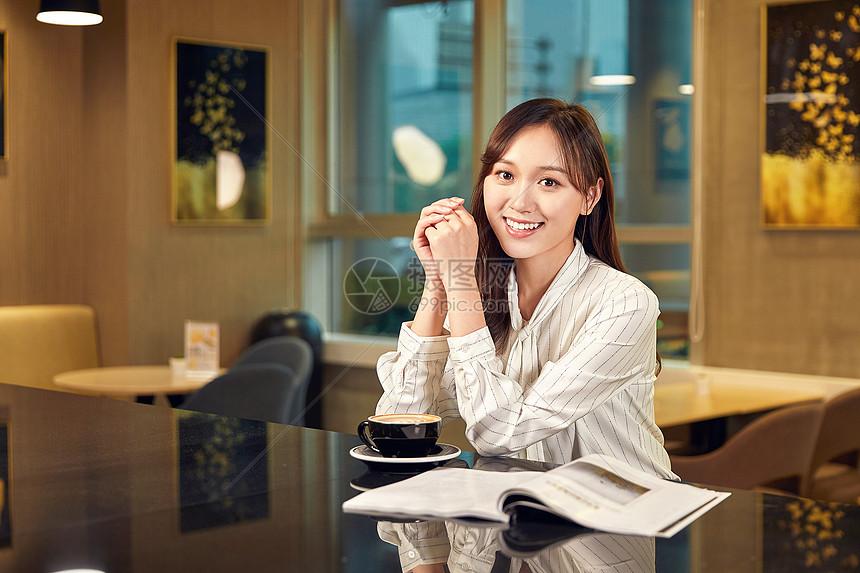 年轻女士在咖啡厅看书图片