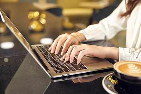 职场白领用笔记本电脑打字图片