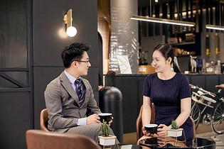 职场白领咖啡厅商谈图片