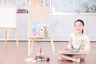 儿童在教室绘画图片