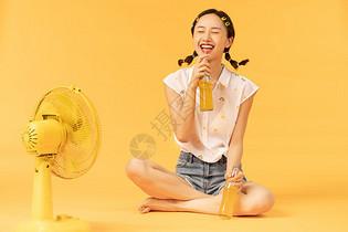夏日美女喝汽水图片