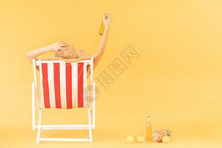 青年女子沙滩椅乘凉图片