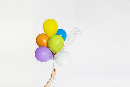 手拿彩色气球图片
