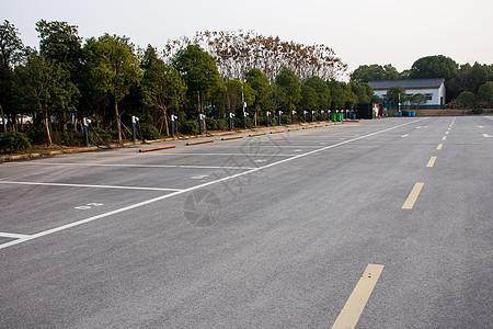 空旷的新能源停车位图片