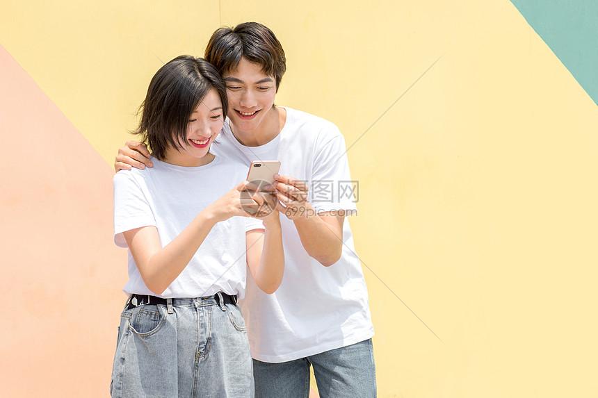 青年情侣看手机图片