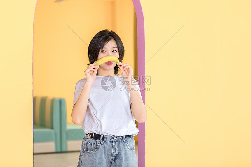 活力女性香蕉图片