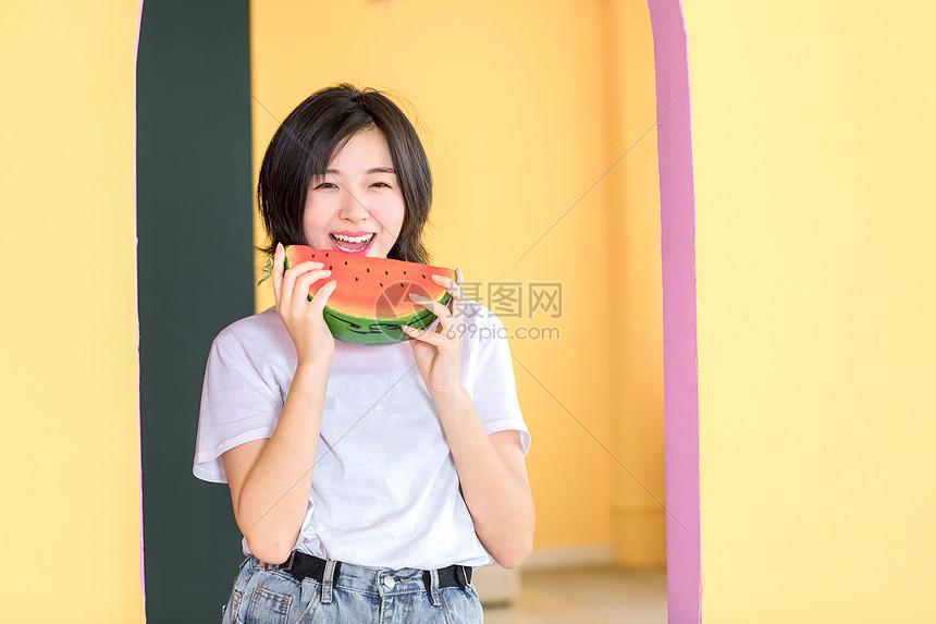 活力女青年吃西瓜图片