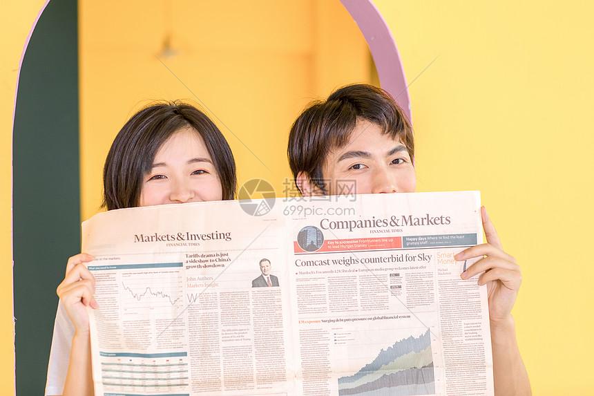 情侣看报纸图片