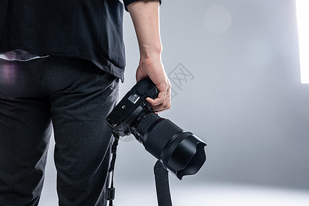 摄影师手持相机特写图片
