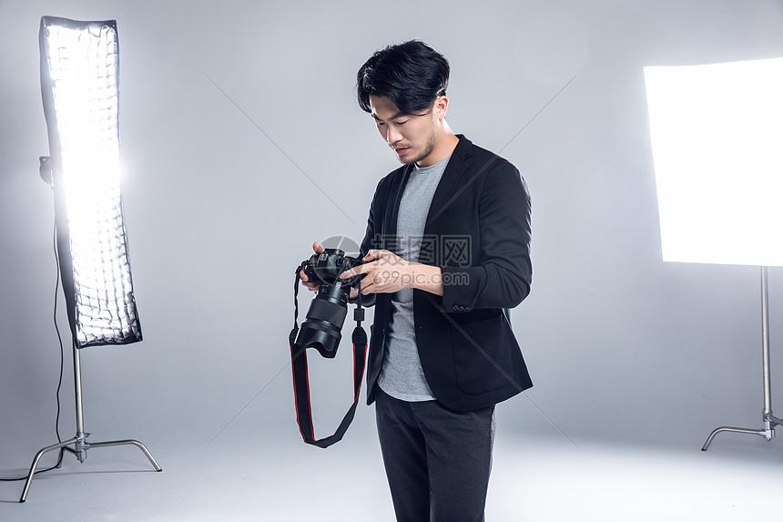 摄影师手持相机图片