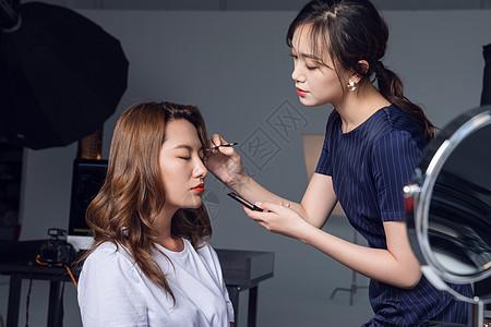 化妆师给模特化妆图片
