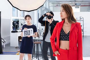 摄影师在工作室拍摄图片