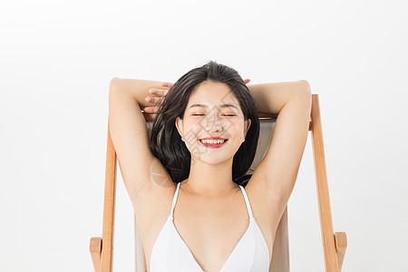 泳装美女在躺椅上晒太阳图片
