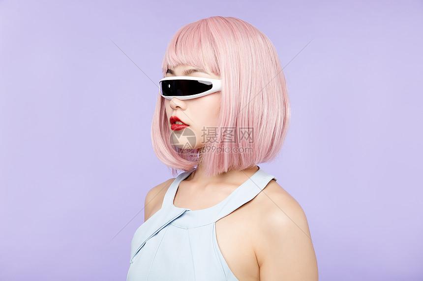 美女带VR眼镜图片