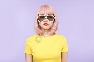 黄衣少女戴墨镜图片