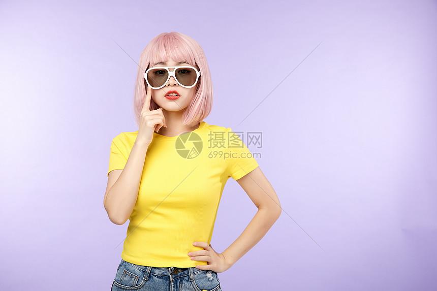 酷炫黄衣少女 图片