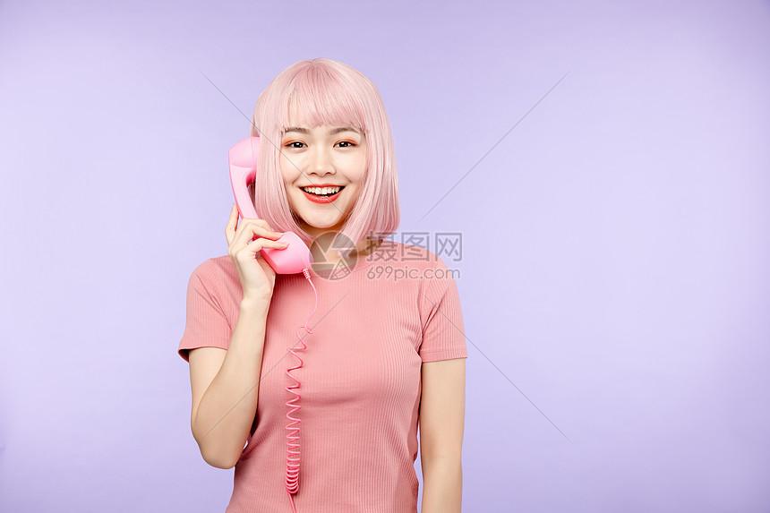 活力少女打电话图片