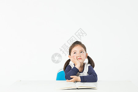 外国儿童学习思考图片