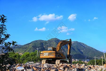 废墟上的挖掘机机图片