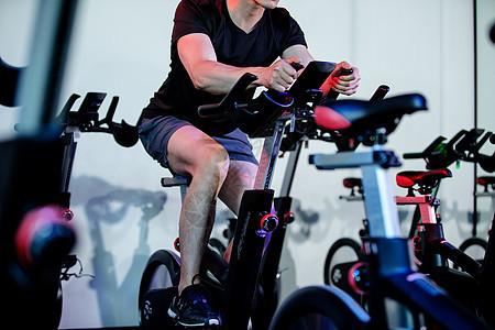 健身房踩单车男生图片