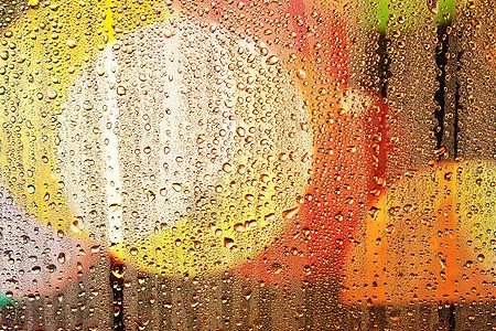 雨夜窗外玻璃霓虹灯图片
