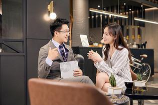 职场白领咖啡厅商谈(精)图片