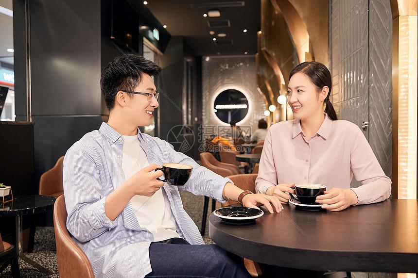 年轻男女在咖啡厅交谈图片
