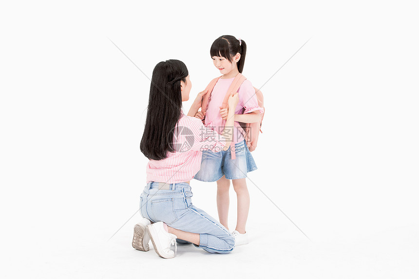妈妈接女儿放学图片