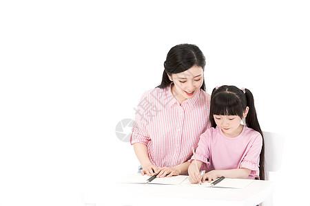 母亲教女儿写作业图片