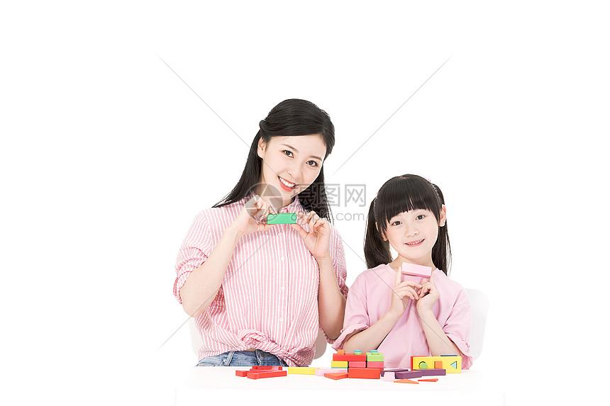 母女搭积木图片