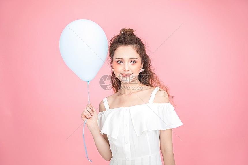 美妆少女拿气球图片