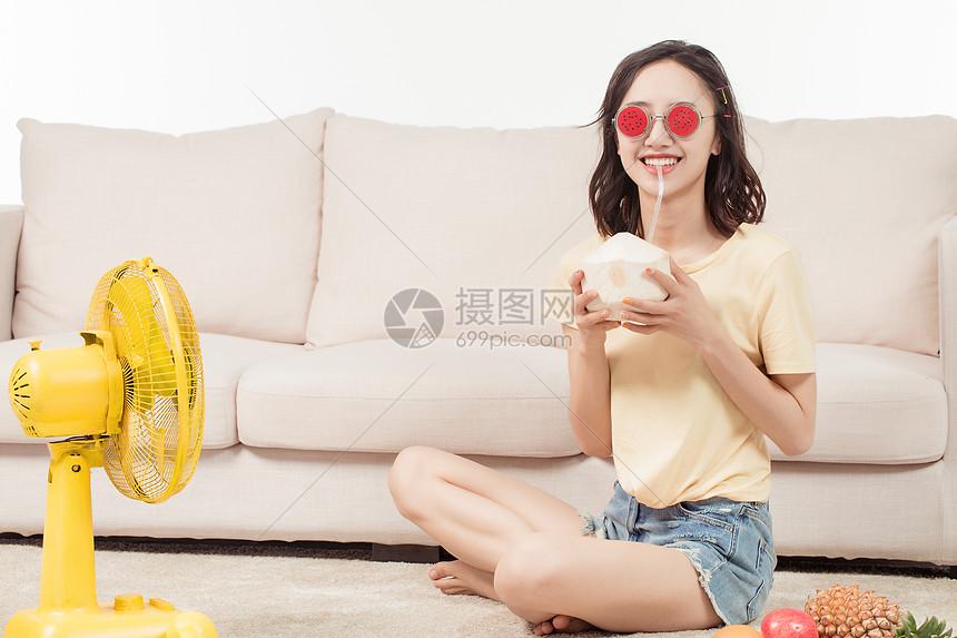 青年女子喝椰子图片