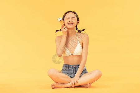夏日美女吃雪糕图片