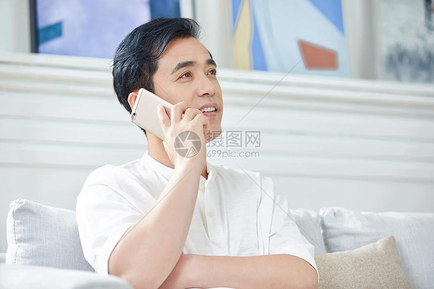中年男性在家打电话图片